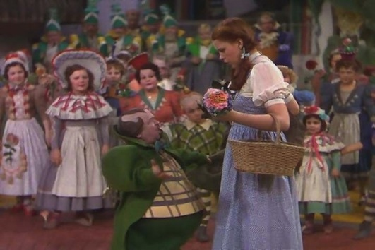 Dorothy-With-The-Munchkins-the-wizard-of-oz-5590344-600-400