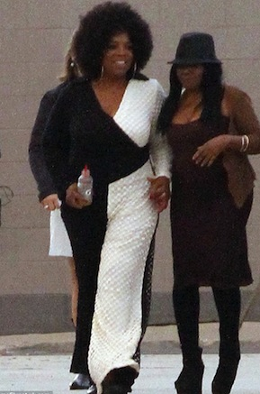 Oprah-Winfrey-sported-an-afro-and-a-striking-black-and-white-outfit-on-the-set-of-film-The-Butler